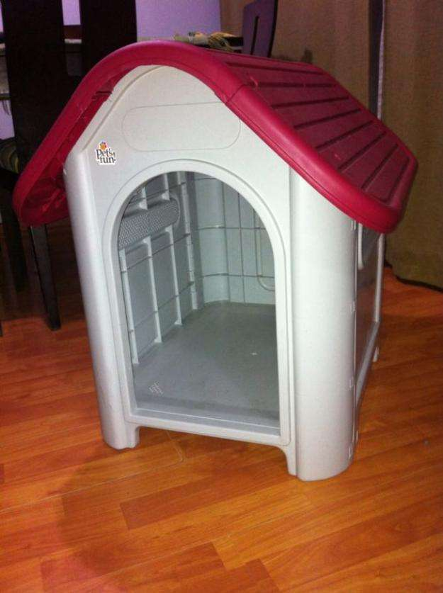 Casa perro nueva gris con techo rojo nueva