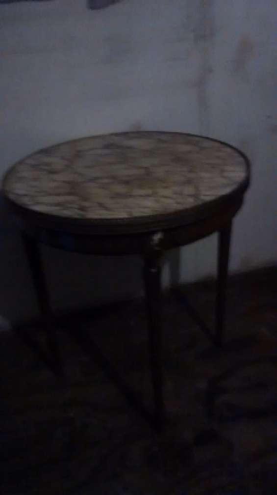 Mesa redonda cubierta mármol