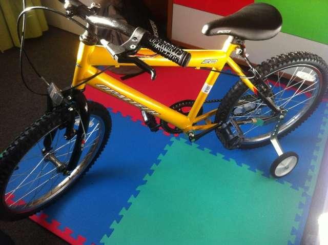 Vendo bicicleta niño aro 20 con rueditas ..excelente!!