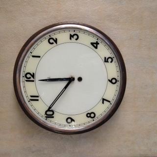 Reloj antiguo funcionando con llave para cuerda
